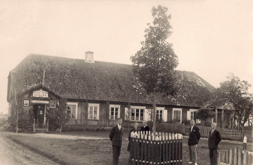 Papilės valsčiaus valdybos pastatas.Šiame pastate XX amžiaus pradžioje veikė pradinė mokykla.
