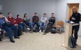 Gimnazijoje svečiavosi Akmenės rajono policijos komisariato bendruomenės pareigūnė