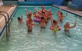Plaukti mokėmės baseine